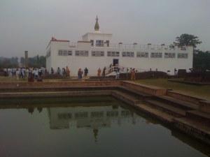 Turistattraktionernes Kinderæg: Asho søjlen (til højre), søen og templet.