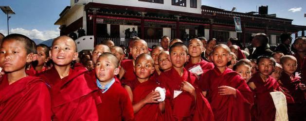 Autograf jagt?  HH Dalai Lama ankommer til Tawangklostret i det Nordøstlige Indien.