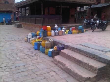Kø til vandpumpen